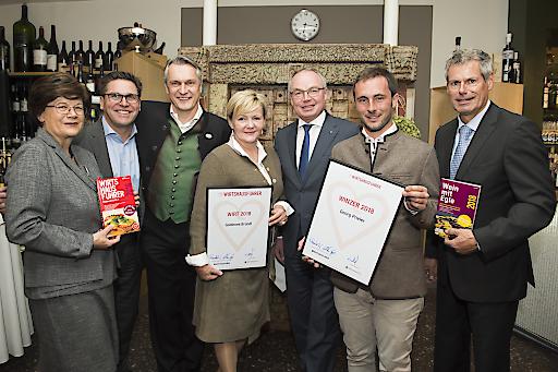"""https://www.apa-fotoservice.at/galerie/9924 Im Bild v.l.n.r.: Ausgezeichnet: Renate Wagner-Wittula (Wirtshausführer), Clemens Rarrel (Römerquelle), Gerhard und Regine Knobl, """"Wirtshausführer Wirt 2018"""" Wirtshaus Goldenes Bründl, Dr. Stephan Pernkopf (Stv. der Landeshauptfrau Niederösterreich), Georg Prieler, """"Wirtshausführer Winzer 2018"""" und Klaus Egle (Wirtshausführer)."""