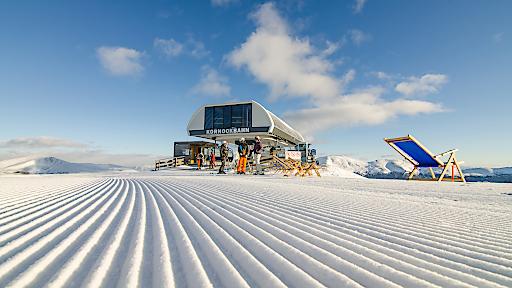 Dank ihrer Höhenlage auf 1.763 m Seehöhe zählt die Turracher Höhe zu den schneesicherste Skiregion Österreich - mit 42 km weiten, breiten Pisten bis auf 2.205 m Seehöhe.
