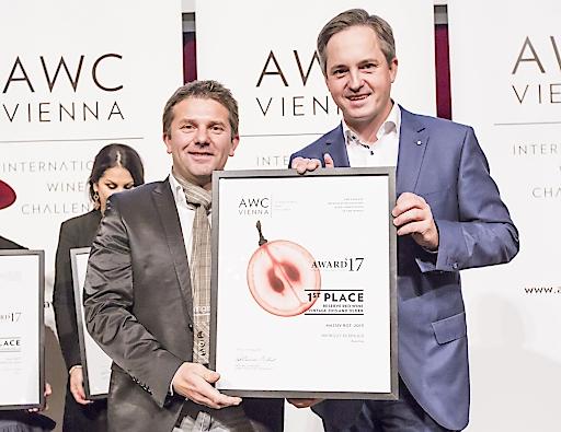 Gewinner Robert Keringer mit Weinbaupräsident Johannes Schmuckenschlager