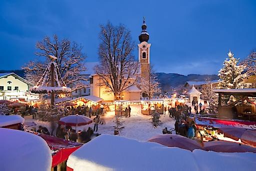 Tiefverschneiter Adventmarkt in Altenmarkt-Zauchensee