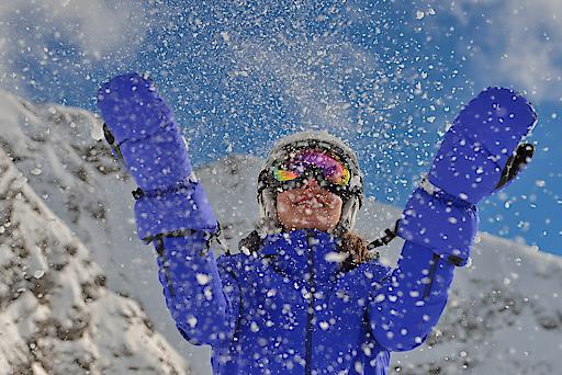 Endlich! Das Warten hat ein Ende. Ski Arlberg, Österreichs größtes Skigebiet mit 305 Skiabfahrtskilometer und 88 Bahnen und eines der fünf größten weltweit, öffnet bei einer Schneehöhe von über 1m im Skigebiet seine Tore. Am 01. Dezember ist es soweit.