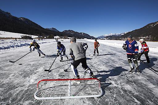 Pondhockey als gesellschaftlicher Treffpunkt am Natureis
