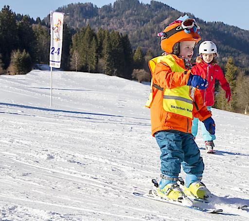 Lustige Kinder-Skikurse werden bei der Skischule Schwarzenbacher angeboten