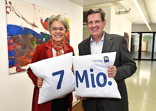 Tourismuslandesrätin Petra Bohuslav und Christoph Madl, Geschäftsführer der Niederösterreich-Werbung zeigen sich erfreut über das erreichte Nächtigungsziel von 7 Millionen