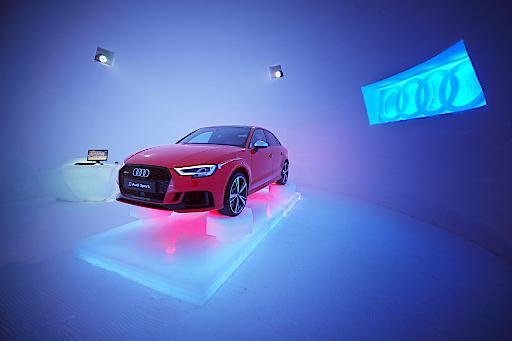 Der neue Audi RS 3 hält die Spur, auch im Eis und Schnee auf 2.600 Metern - im ICE CAMP presented by Audio quattro, mitten im Gletscherskigebiet am Kitzsteinhorn.