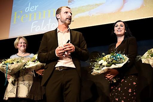 Mag. Roland Sint freute sich mit über 250 Gästine beim Tourismusforum der Region Wörthersee über den Besuch der neuen Tourismusministerin Elisabeth Köstinger (links im Bild).