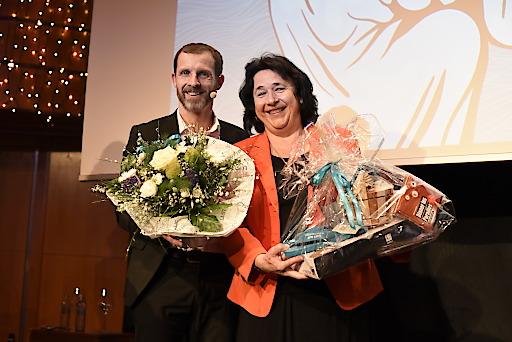 Mag. Roland überreichte der Vorsitzenden des Aufsichtsrates der Wörthersee Tourismus GmbH, Julischka Politzky, ein Geschenk zum 60. Geburtstag.