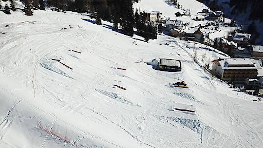 Obstacles im Snowpark Innerkrems mit BIGAIRBAG Jump