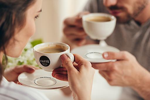 """An allen 18 Restaurantstandorten an und abseits der Autobahn wird der Kaffee aktuell unter dem Motto """"Rösterreich jubelt - Preise gesenkt, Qualität erhöht!"""" angeboten."""