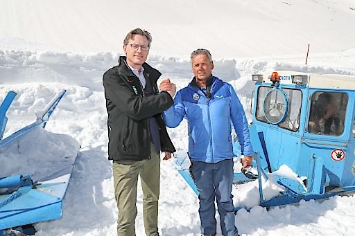 Schneeräumung auf der Großglockner Hochalpenstraße in Salzburg/Kärnten - Durchstich vor der Verkehrsfreigabe. Heute erfolgte nach intensiver dreiwöchiger Räumarbeit, bei der 700.000 Kubikmeter Schnee bewegt wurden, der Durchstich auf 2.500 Meter Höhe.