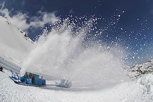Schneeräumung auf der Großglockner Hochalpenstraße in Salzburg/Kärnten - Durchstich vor der Verkehrsfreigabe. Die von Erbauer der Großglockner Hochalpenstraße DI Franz Wallack konstruierten Rotationspflüge erledigen auch heute noch den Großteil der Schneeräumung auf der beliebten Ausflugsstraße. Heute erfolgte nach intensiver dreiwöchiger Räumarbeit, bei der 700.000 Kubikmeter Schnee bewegt wurden, der Durchstich auf 2.500 Meter Höhe.