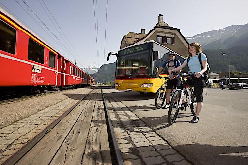 Rhätische Bahn/RhB - Biken mit der Rhätischen Bahn - hier bei Versam. Mit 2 Rädern entlang der Meterspur