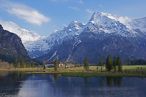 Panoramablick: Der Almsee beim Bergsteigerdorf Grünau im Almtal.