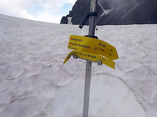 Der Winter hat seine Spuren hinterlassen. Beschädigter Wegweiser an der Nordkette bei Innsbruck.