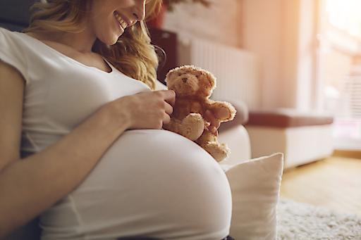 Schwangere Frau, die sich auf ihr Baby freut