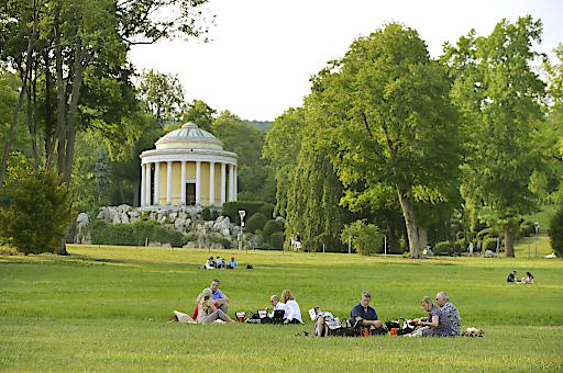 Picknick im Schlosspark beim Schloss Esterházy.
