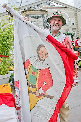 Der Salzburger Hanswurst hisst die Marktfahne zur Eröffnung des Salzburger Rupertikirtags.