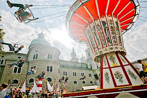 Das große Kettenkarussell am Residenzplatz ist das Herzstück des Salzburger Rupertikirtags.