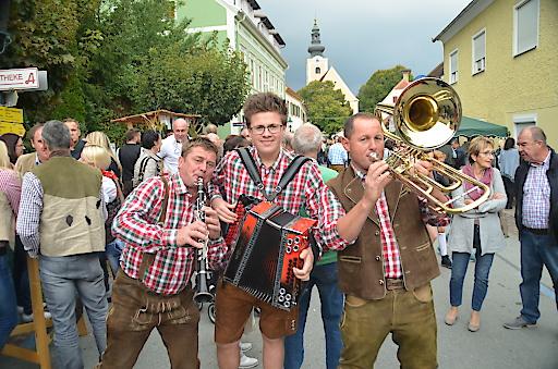 """Beim Winzerfest sorgen zahlreiche Musikgruppen für die gute Stimmung. Unter anderem Feuer&Eis, das Wamperl Trio und """"Die Drei und Sie""""."""