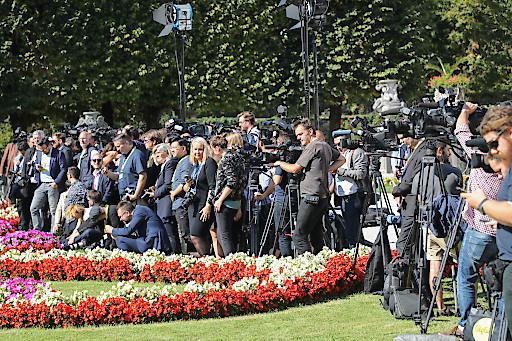 """Internationale Journalisten und Kamerateams warten auf das gemeinsame """"Familienfoto"""" im Salzburger Mirabellgarten."""