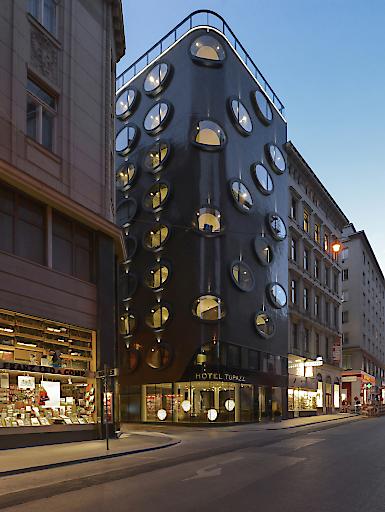 Hotel Topazz - Fassade bei Nacht