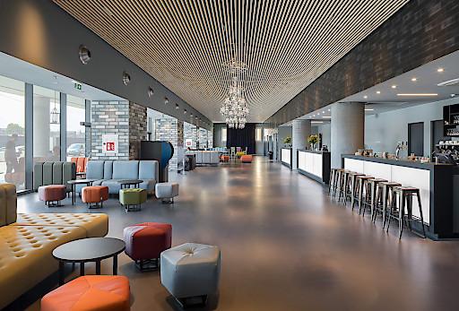 Viel Platz und schlicht-modernes Design prägen die Lobby im a&o Hostel in Venedig