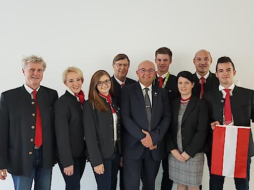 Ausbildungsbeauftragter Gerold Royda (Mitte) mit den EuroSkills-Siegern und Teambetreuern der Bereiche Hotellerie und Gastronomie.