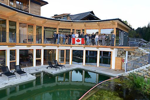 Studienreise von 27 kanadischen Holzbauexperten nach Österreich. Zwei Vorträge des Kärntner Architekten und Holzbauspezialisten Herwig Ronacher in Ottawa und Vancouver haben das Interesse kanadischer Holzbau-Experten geweckt.