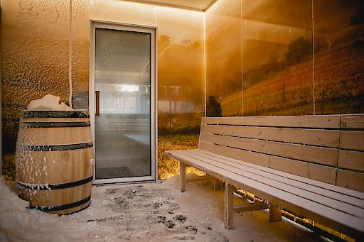 BILD zu OTS Österreichs erste Schneesauna im AVITA Resort Bad Tatzmannsdorf – Abkühlung der besonderen Art Schnee ist Schönheit, Licht, Stille, Emotion. Jede Flocke ist ein Kunstwerk. Ab sofort gibt es im AVITA Resort - als erstem Wellness-Resort in Österreich -das ganze Jahr über Schnee. Die Schneesauna im Sauna Garten Eden ermöglicht durch die Kombination aus trockener Kälte und weichem Schnee eine sanfte Abkühlung nach dem Saunagang und bringt auf diese Weise den Körper schonend zurück auf Normaltemperatur. Hier herrschen konstant 5 bis 11 Grad unter Null und der laufend frisch produzierte, watteweiche Pulver-Schnee kann zur zusätzlichen Abkühlung zum Einreiben des Körpers verwendet werden.
