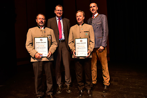 v.l.: Bergretter Josef Herzog, Alpenvereinspräsident Dr. Andreas Ermacora, Bergretter Albert Herzog und Vizepräsident Wolfgang Schnabl im Rahmen der Verleihung.