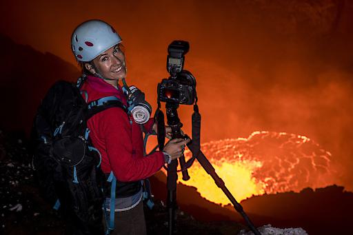 Ulla Lohmann am Rande eines aktiven Vulkans