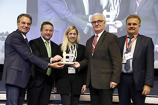 Touristische und politische Vertreter der Stadt Linz nehmen die Auszeichnung der Europäischen Kommission entgegen.