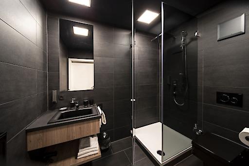 Badezimmer der b(l)ackhomes, stylisch in schwarz