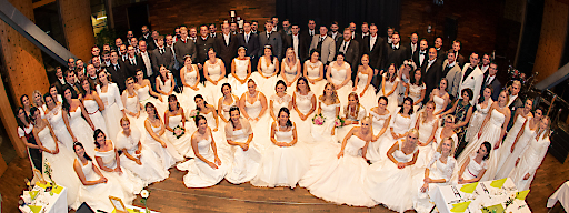 Zahlreiche ehemalige Brautleute kamen zum Brautkleiderball 2018 in die SichtBAR
