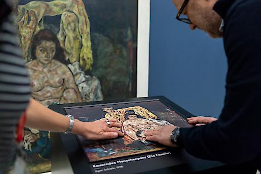 Erster Test des neuen Tastreliefs des Belvedere zum Gemälde Kauerndes Menschenpaar (Die Familie) von Egon Schiele