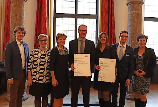 Wissenschaftliche Forschung und Innovation am MCI 2018 ausgezeichnet: Die PreisträgerInnen Anita Zehrer (3. v.r.) und Thomas Stöckl (Mitte) mit Vizebürgermeisterin Christine Oppitz-Plörer (3. v.l.) und Michael Kraxner (MCI, 2. v.r.) im Beisein von Birgit Neu (MA V, 2. v.l), GR Dejan Lukovic (1. v.l.) und GRin Irene Heisz (1. v.r.).