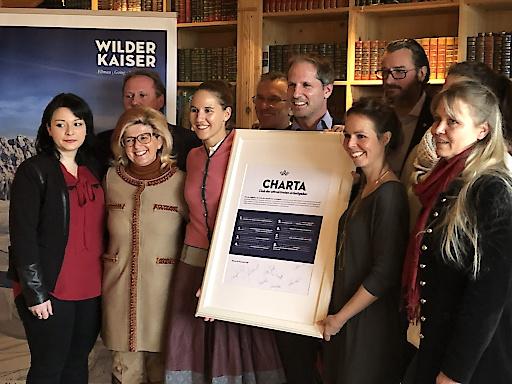 """Die Mitglieder des """"Clubs der attraktivsten Arbeitgeber"""" am Wilden Kaiser präsentieren gemeinsame Charta für Arbeiten im Tourismus."""