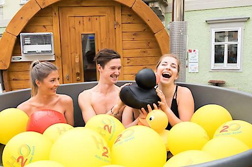 Mit der in Österreich einzigartigen mobilen Sauna mit Schaffelbad macht das Thermen- & Vulkanland Steiermark und seine Partnerbetriebe bei der Ferienmesse in Wien noch bis Sonntag Lust auf einen Urlaub im Südosten der Steiermark.