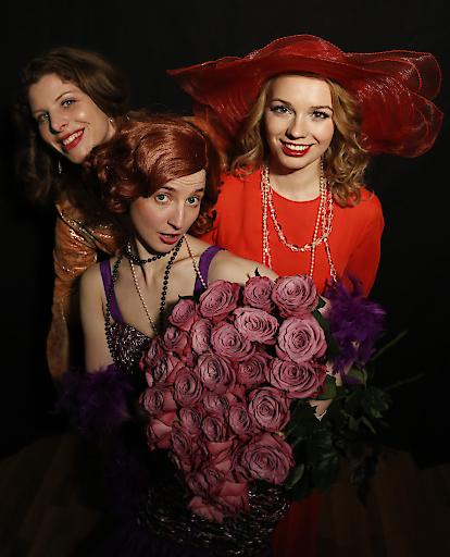"""Ellen Halikiopoulos, Alice Waginger, Anete Liepina (von li nach re) in """"Die Rose des Kaisers"""" von Paul Hertel"""