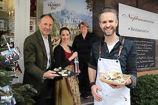 """SalzburgerLand-Pressefrühstück im Restaurant """"Die Nußbaumerin"""" in Berlin. Foto v.l.: Leo Bauernberger (GF SalzburgerLand Tourismus), Katharina Warter (Mandlberggut), Gastronomin Johanna Nußbaumer, Vitus Winkler (Verwöhnhotel Sonnhof, St. Veit im Pongau)."""
