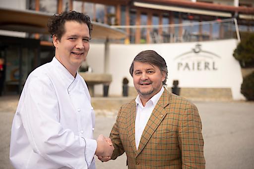 Hotelier Erwin Paierl (rechts) heißt seinen neuen Küchenchef Markus Lengauer im Wellness- & Ayurvedahotel Paierl in Bad Waltersdorf herzlich willkommen.