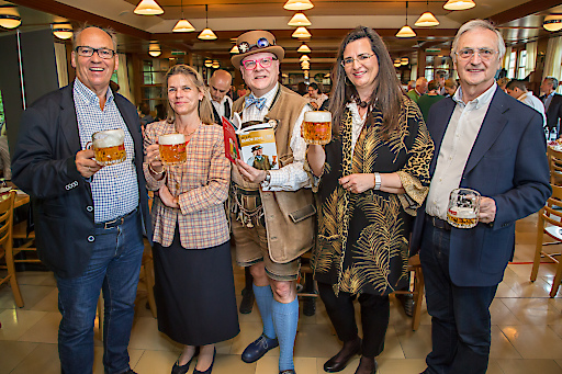 https://www.apa-fotoservice.at/galerie/18335 im Bild v.l.n.r.: Siegfried Menz (Obmann Verband der Brauereien Österreichs), Jutta Kaufmann-Kerschbaum (Geschäftsführerin Verband der Brauereien Österreichs), Conrad Seidl (Bierpapst), Gabirela Straka (Brau Union Österreich),Karl Kolarik (Schweizerhaus).
