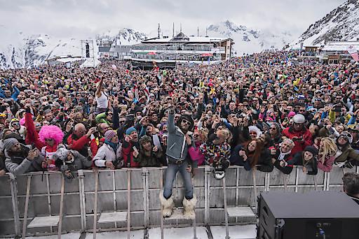 """Lenny Kravitz zeigte sich seinem Publikum hautnah, als er während des Konzerts durch die Menge ging und sich zum Schluss mit """"Peace and good skiing!"""" verabschiedete."""