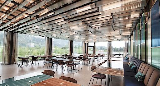Interior vom Feinsten: Die Beletage zeichnet sich besonders durch modernes Design aus und bietet mit bis zu 120 Sitzplätzen Raum für Veranstaltungen und größere Gruppen.
