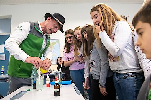 Nationalpark Ranger Georg Granig macht mit Schülern der Klasse 1c des Laaerberggymnasiums Wien ein Experiment zum Nachweis von Kohlendioxid.