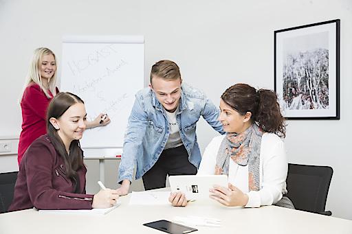 Nadine Luz (r.) will junge Menschen wieder für den Tourismus begeistern. Gleichzeitig sollen die Arbeitgeber mehr über ihre Mitarbeiter erfahren, um besser auf deren Bedürfnisse eingehen und sich von Mitbewerbern abgrenzen zu können.