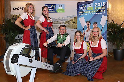 Mit dem Ruder-Simulator kann man sich einen Vorgeschmack auf die Ruder-WM 2019 in Ottensheim holen – auch Wirtschafts- und Tourismus-Landesrat Markus Achleitner hat ihn schon getestet.