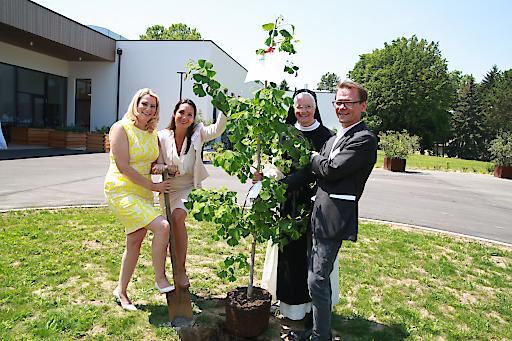 Landesrätin Mag.a (FH) Daniela Winkler, Mag. Elke Müller (GF Marienkron), Äbtissin Mutter Ancilla, Mag. Gunther Farnleitner (GF Marienkron)