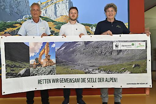 Im Rahmen der Pressekonferenz (v.l.): Robert Renzler (Generalsekretär Österreichischer Alpenverein), Josef Schrank (Alpenschutzexperte WWF Österreich) und Leopold Füreder (Voristzender Naturfreunde Tirol).