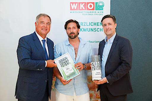"""V.l.n.r.: WKW-Präsident Walter Ruck, Daniel Schober (Kleinod Stadtgarten, Gewinner des Goldenen Schani in der Kategorie """"Im Grünen""""), WKW-Tourismusspartenobmann Markus Grießler"""
